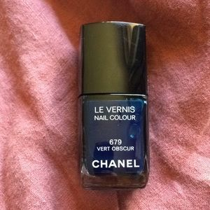 Chanel 679 Vert Obscur Le Vernis, swatched
